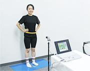 専用計測マットを敷き、約1.5mの距離に専用カメラを設置する。